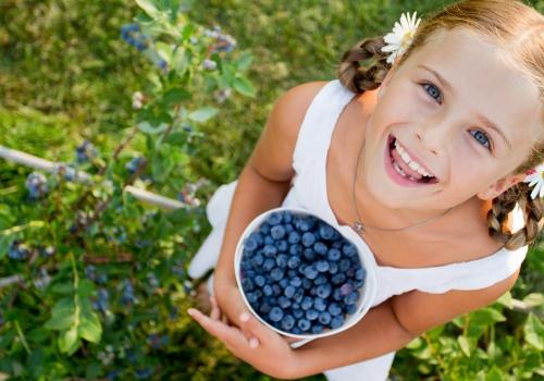 eating-blueberry